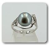 Серебряное кольцо с черным жемчугом и фианитами